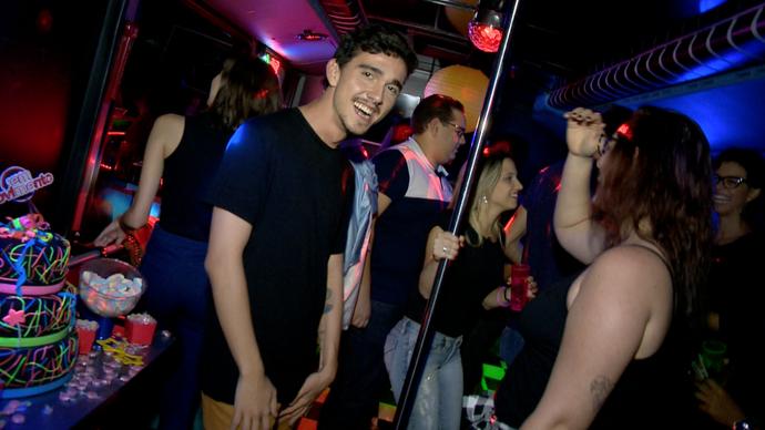 Convidados se divertem em festa de aniversário no ônibus (Foto: Divulgação/ TV Gazeta ES)