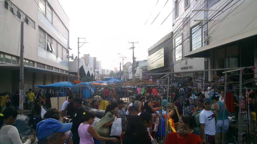 Apesar da presença dos fiscais houve pequena movimentação de feirantes na José Avelino (Foto: Gioras Xerez/G1 Ceará)