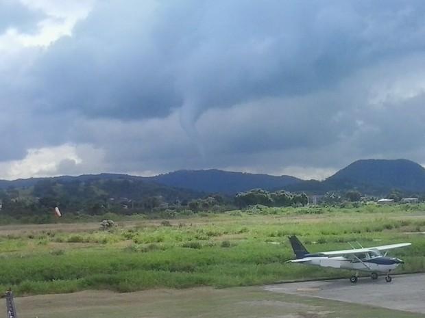 Flagrante de tornado de baixa intensidade foi feito na manhã deste domingo (21) em Maricá (Foto: Alessandro Figueira/VC no G1)