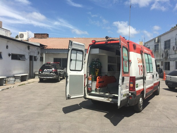 Ambulância que socorreu suspeito de estuprar filhas  (Foto: Mauricio Gasparetto/RBSTV)