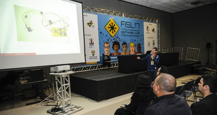 Colombo apresenta o sistema de controle de altitude do drone (Foto: Divulgação/ Camila Cunha-FISL) (Foto: Colombo apresenta o sistema de controle de altitude do drone (Foto: Divulgação/ Camila Cunha-FISL))