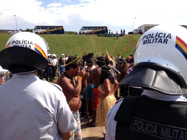 Índio fotografa manifestação diante do Congresso (Foto: Fabiano Costa/G1)