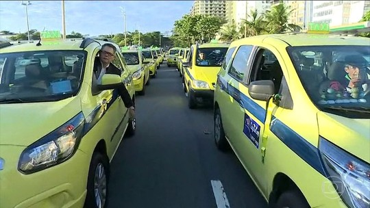 Protesto de taxistas no Rio tem bombas, ovos e ruas bloqueadas