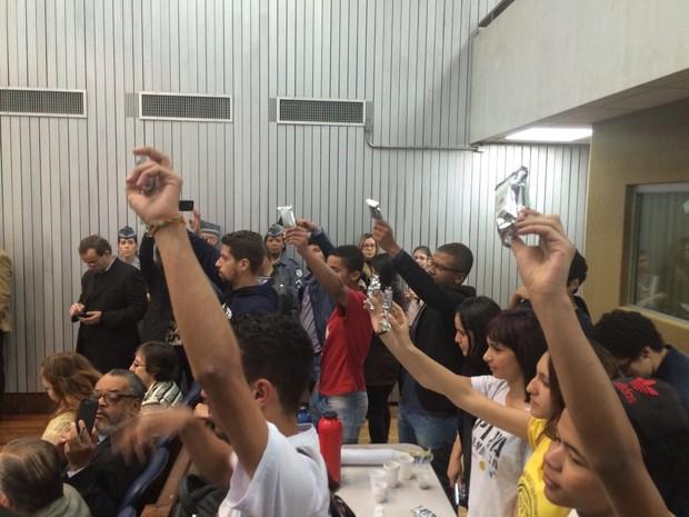 """Estudantes levantaram bolinhos e gritaram Esse é nosso almoço"""" (Foto: Paula Paiva Paulo/G1)"""