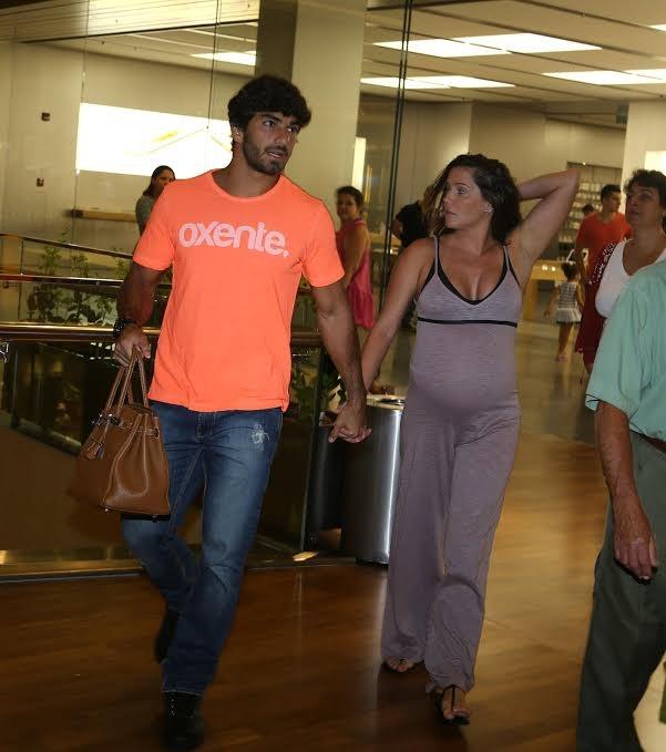Deborah Secco e Hugo Moura em shopping na Zona Oeste do Rio (Foto: Gabriel Reis/AgNews)