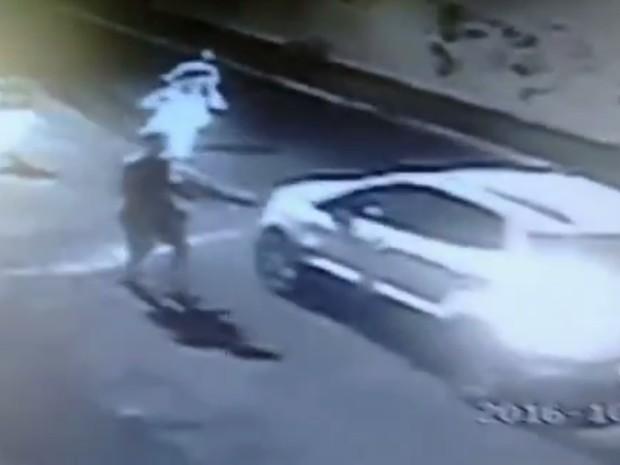 Polícia prende irmãos gêmeos suspeitos de roubar carro no Bairro Papicu, em Fortaleza (Foto: Reprodução/TV Verdes Mares)