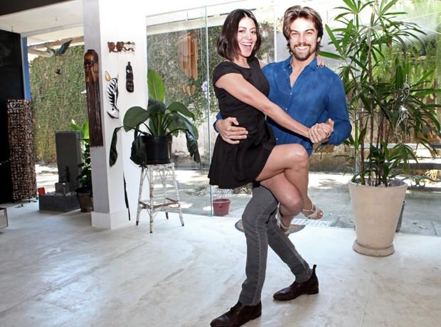Carol Castro e Raphael Sander fazem pose de dança (Foto: Carol Caminha / Gshow)