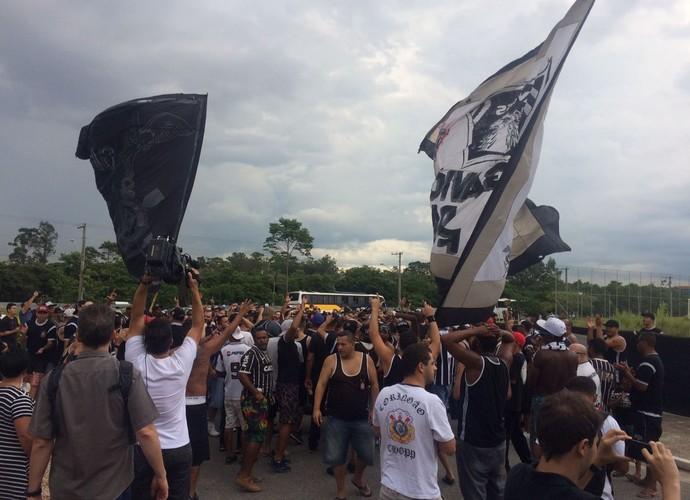 Protesto de torcida organizada do Corinthians no CT (Foto: Carlos Augusto Ferrari)