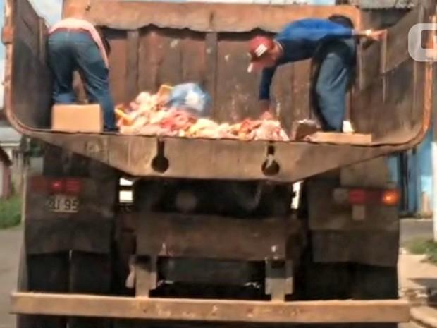 Garis pegam restos de carne com as mãos e sem o uso de luvas  (Foto: Anny Barbosa/G1)