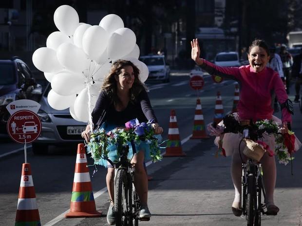Ciclistas comemoram inauguração de ciclovia com balões brancos (Foto: Caio Kenji/G1)