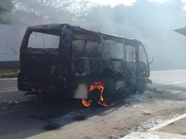 Micro-ônibus também foi incendiado, mas em São José de Ribamar (Foto: Divulgação/Leylane Carvalho)
