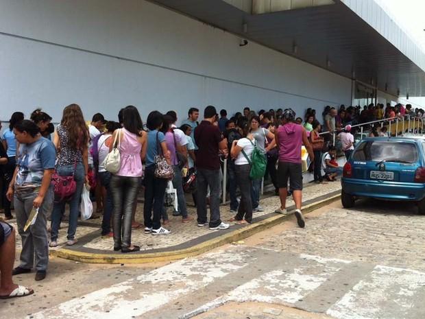 Domingo (4): RN - Candidatos aguardam em fila diante de prédio da UnP, em Natal, no Rio Grande do Norte. Portões do Enem abrem às 12h e fecham às 13h, após entrada dos alunos (Foto: Rafael Barbosa/G1)