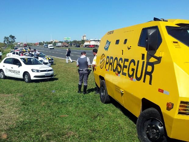 Policiais atendem ocorrência de assalto a carro-forte, em Campinas (Foto: Marcelo Carvalho / G1 Campinas)