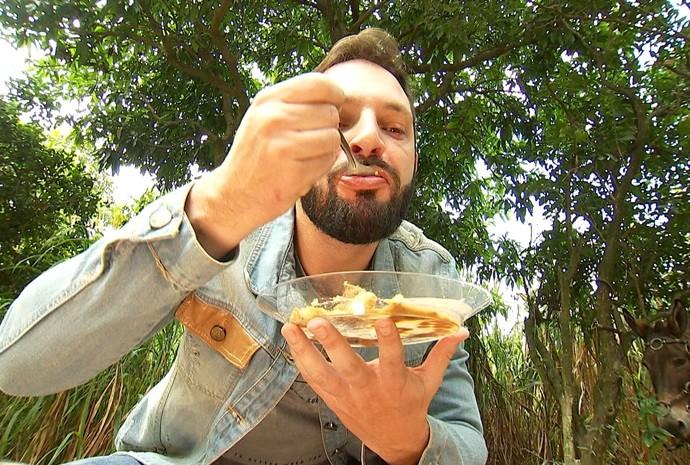 Mateus prova o prato preparado na tradição tropeira (Foto: Reprodução / TV TEM)