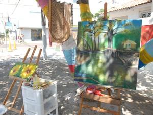 Obras são expostas em calçada de uma esquina de Macapá (Foto: Gabriel Penha/G1)