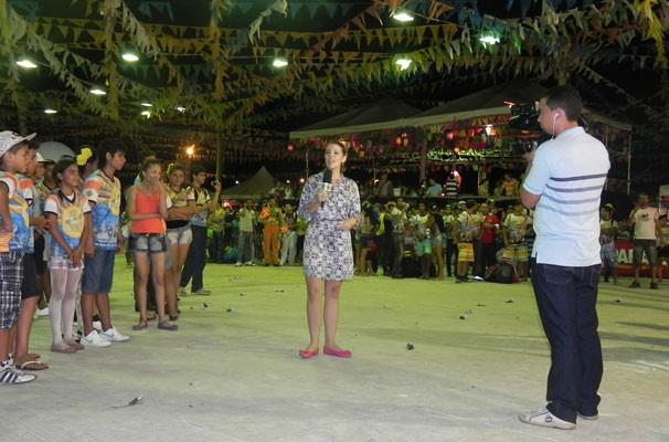 Jornalista Denise Freitas comanda o especial Cidade Junina (Foto: Katylenin França)