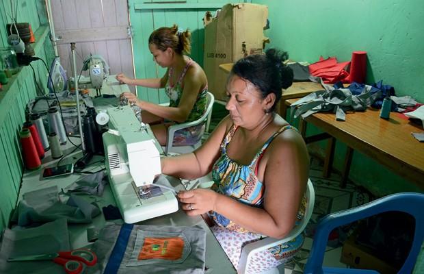 Brasil;Meio Ambiente;Amazônia;oportunidades Costureiras de Manoel Urbano consertam uniformes para a Agrocortex – priorizar serviços locais é uma das exigências para certificar a madeira (Foto: Odair Leal)