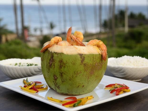 Camarão a Tropicália, que mistura camarã e purê de macaxeira servidos em um coco verde, é uma das atrações do festival 'Sabores e Saberes' no Conde, na Paraíba (Foto: Cácio Murilo / Sebrae-PB)