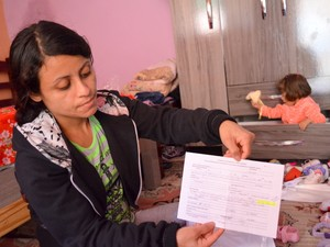 Sem condições a mãe luta para conseguir fazer exames e passar por especialistas (Foto: Fernanda Zanetti/G1)
