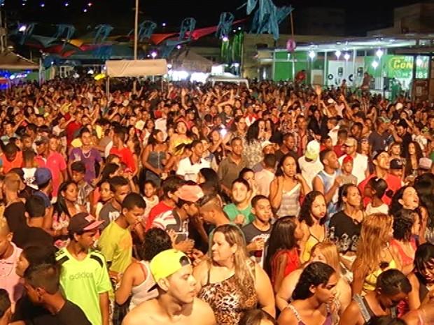 Após desfile do bloco, banda de axé animou o público na cidade. (Foto: Tiago Lopes/ Inter TV dos Vales)