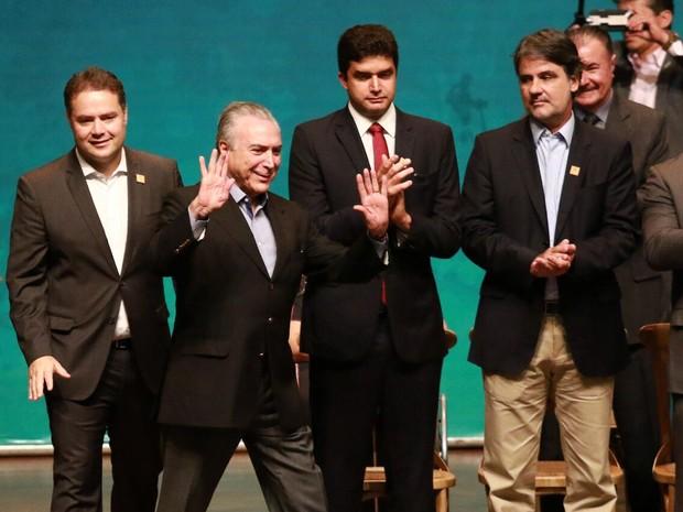 Temer chega a evento em Maceió ladeado pelo governador de Alagoas, Renan Filho (PMDB), e pelo prefeito de Maceió, Rui Palmeira (PSDB) (Foto: G1 AL)