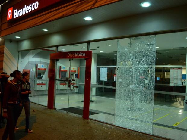 Banco foi alvo de vandalismo em Piracicaba durante manifestação (Foto: Mauricio Gil/colaboração para o G1)