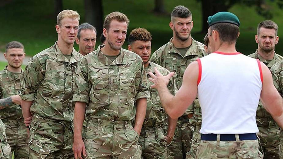 69a15b413132e Seleção inglesa passa fim de semana em treinamento com a Marinha Britânica