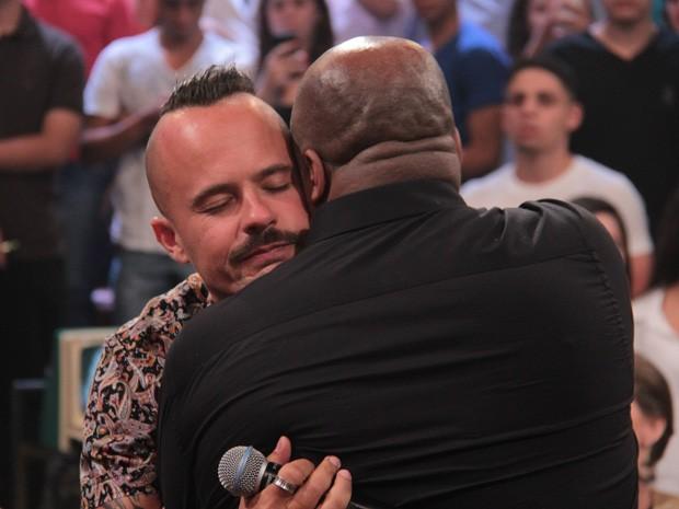 Paulinho Vilhena agradece os elogios de Aílton Graça com um abraço carinhoso (Foto: Marcos Mazini/Gshow)