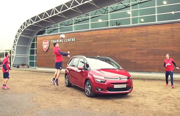 Citroën convoca johadores do Arsenal para testar novo Grand C4 Picasso (Foto: Reprodução)