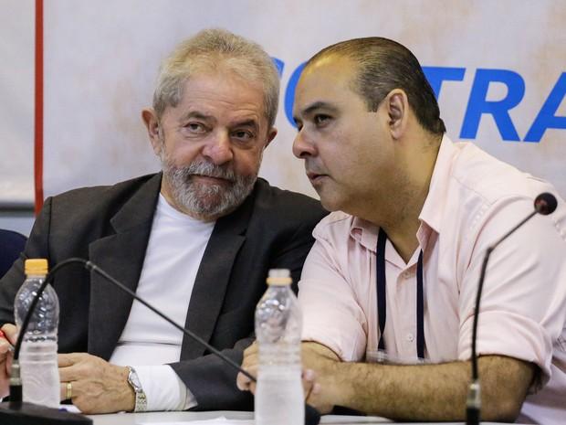 O ex-presidente Lula conversa com o presidente da CUT, Vagner Freitas, durante encontro com movimentos sociais para debater estratégias para barrar o impeachment (Foto: Nelson Antoine / Estadão Conteúdo)