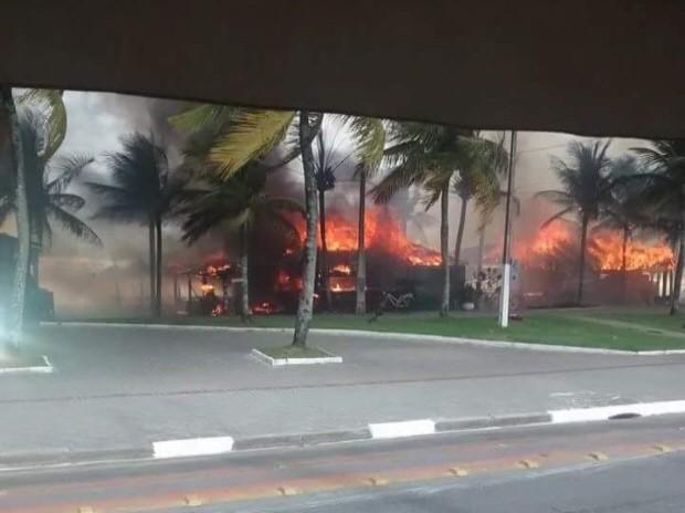 Fogo destruiu vários quiosques em Guarujá (Foto: Paulo Cavini / Arquivo Pessoal)