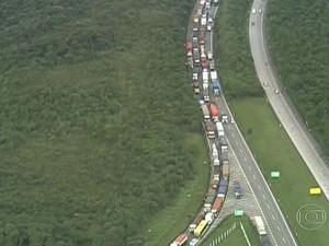 Medida adotada por Cubatão gera congestionamento nas estradas (Foto: Reprodução/ TV Globo)