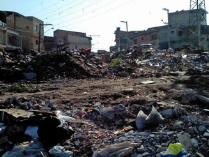 Terreno acumula entulho em Osasco, SP (Foto: Daivys de Castro Alves/VC no G1)
