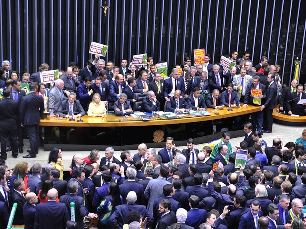 O deputado Jovair Arantes (PTB-GO), relator do parecer que pede o impeachment da presidente, fala no plenário lotado da Câmara após reabertura com confusão da sessão especial que discute e vota o processo (Foto: Maryanna Oliveira/Câmara dos Deputados)