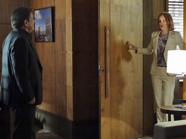 Dimas tenta acalmar Priscila (Foto: Amor Eterno Amor/TV Globo)