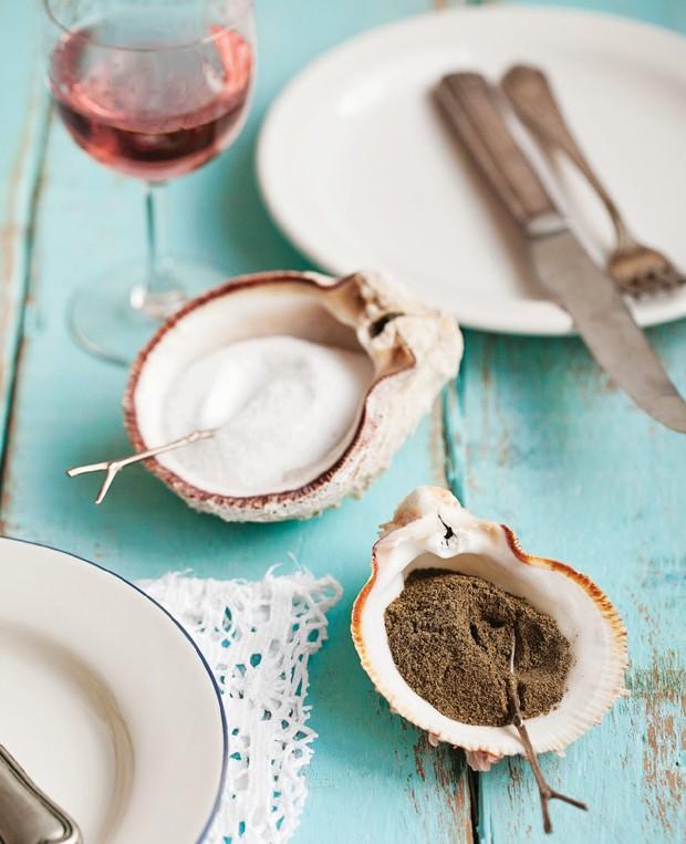 Para uma refeição em clima praiano, experimente usar conchas como saleiro e pimenteiro (Foto: Elisa Correa / Editora Globo)