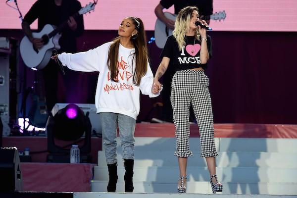 A cantora Ariana Grande com o Miley Cyrus no show realizado em homenagem às vítimas dos ataques em Manchester (Foto: Getty Images)