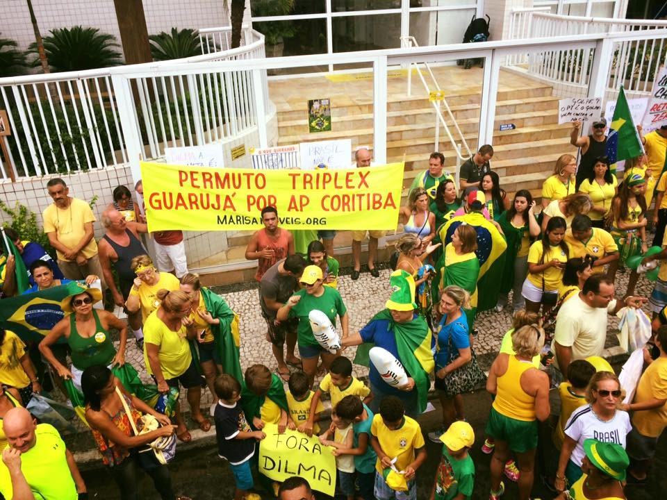 Protesto em frente ao Condomínio Solaris, em Guarujá (Foto: Arquivo Pessoal/Adriana Cutino)