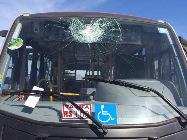 Ônibus depredado em garagem no Rio de Janeiro (Foto: G1)