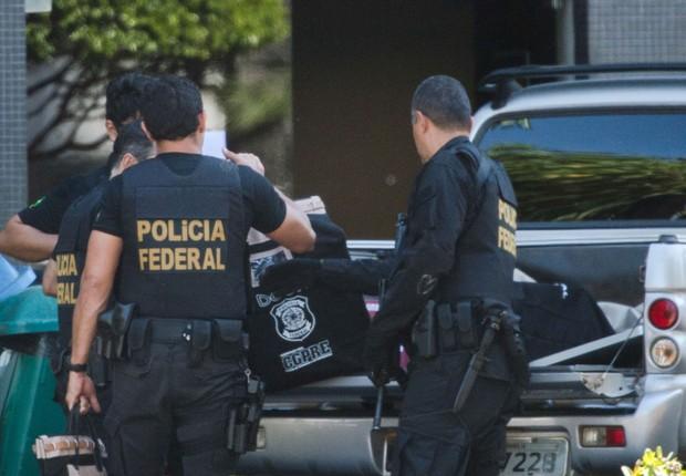 Agentes da Polícia Federal reúnem documentos durante Operação Greenfield (Foto: Marcelo Camargo/Agência Brasil)