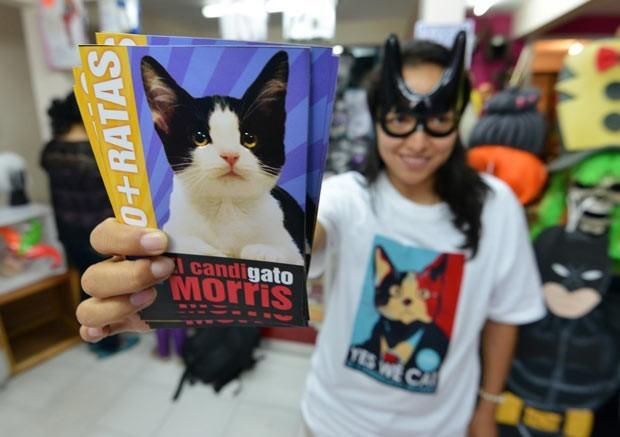 Mexicana mostra material de campanha de Morris (Foto:  Oscar Martinez/Reuters)