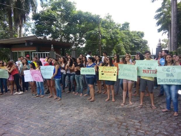 Estudantes seguram cartezes em mobilização por mais segurança no campua de Areia (Foto: Volney Andrade/TV Cabo Branco)