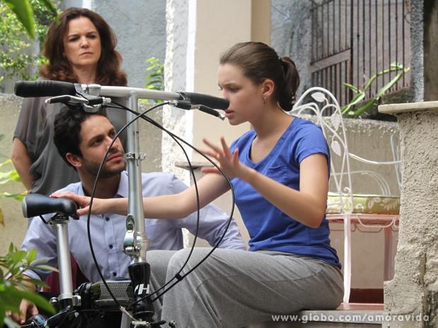 Linda ganha bicicleta para desespero de Neide (Foto: Amor à Vida/ TV Globo)