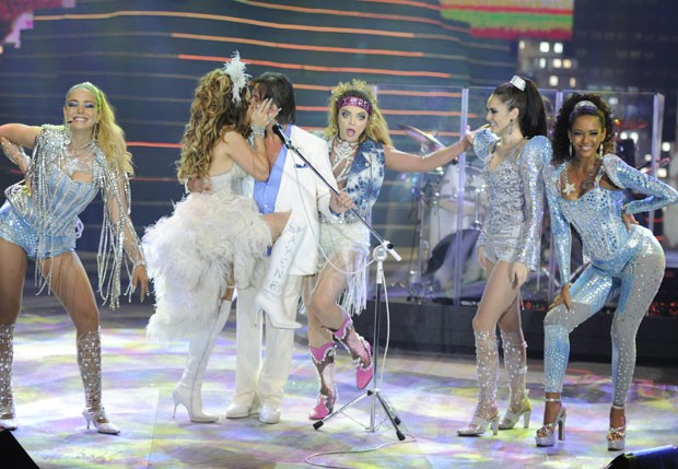 Cláudia Abreu, como Chayenne, beija Roberto Carlos no palco  (Foto: Divulgação/Rede Globo)
