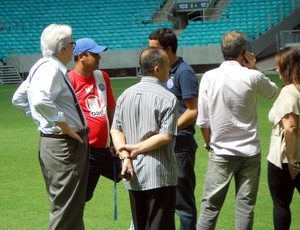 Técnico Marquinhos Santos conversa com presidente Fernando Schmidt e assessor Sidônio Palmeira (Foto: Thiago Pereira)