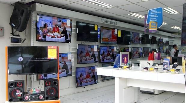 A duas semanas de corte do sinal analógico, poucas lojas vendem conversor digital (Foto: Sergio Castro / Estadão)