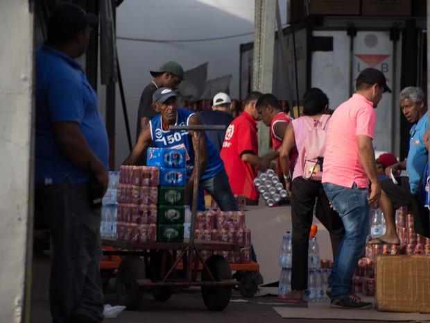 Festa do Peão de Barretos conta com 154 ambulantes para venda de bebidas (Foto: Mateus Rigola/G1)