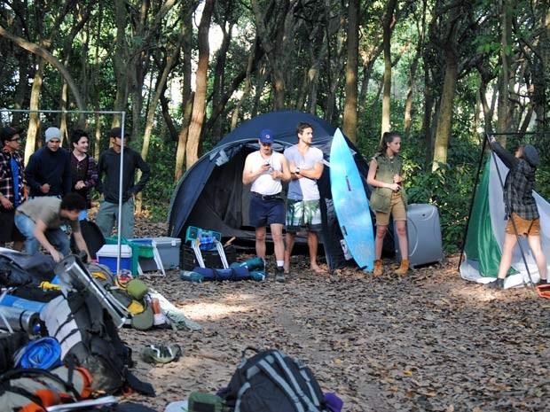 Dinho e Lia na disputa para saber quem monta a barraca mais rápido (Foto: Malhação / TV Globo)