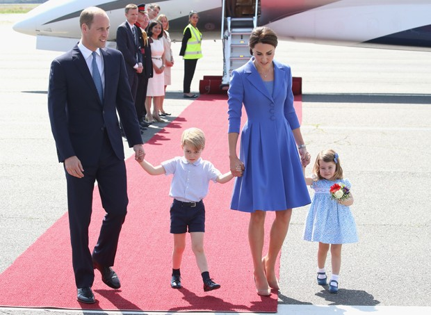 BERLIN, GERMANY - JULY 19:  Prince William, Duke of Cambridge, Catherine, Duchess of Cambridge, Prince George of Cambridge and Princess Charlotte of Cambridge arrive at Berlin Tegel Airport during an official visit to Poland and Germany on July 19, 2017 i (Foto: Getty Images)
