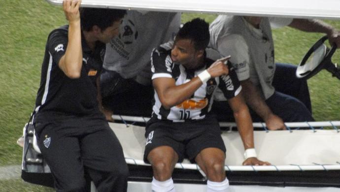 Fernandinho saindo machucado jogo Atlético-MG e Nacional-PAR (Foto: Leo Simonini)